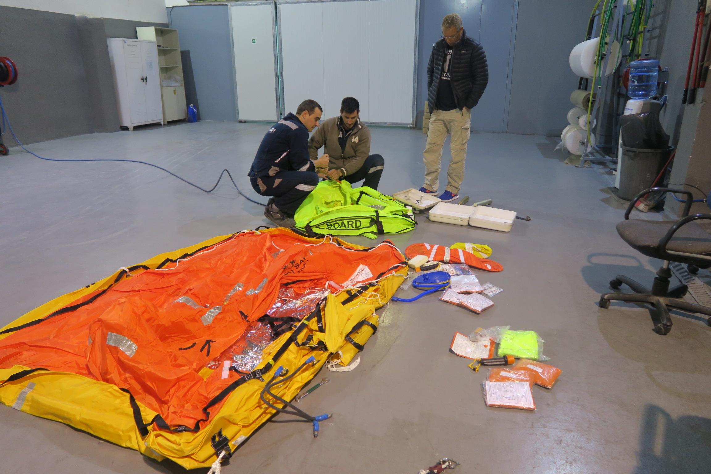 Der er overraskende mange dele i redningsflåden